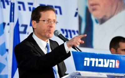 Le chef de file du parti travailliste Isaac pendant une convention du parti à Tel-Aviv, le 7 février 2016. (Crédit : Flash90)