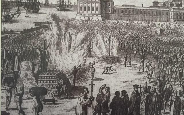 Photo exposée dans le musée juif de Porto montrant les Juifs étant brûlé sur le bûcher au Portugal pendant l'Inquisition à Porto, au Portugal (Crédit : Rachel Delia Benaïm / Times of Israël)