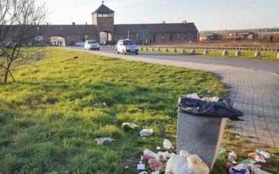 """L'entrée de la """"tour de la mort"""" SS de l'ancien camp de la mort Auschwitz-Birkenau en Pologne, sous laquelle les trains de déportés juifs passaient en 1944, quand un embranchement a été ajouté à la voie existante. Cette photo de novembre 2015 a été prise depuis l'extérieur de l'entrée du camp. (Crédit : Matt Lebovic/The Times of Israel)"""