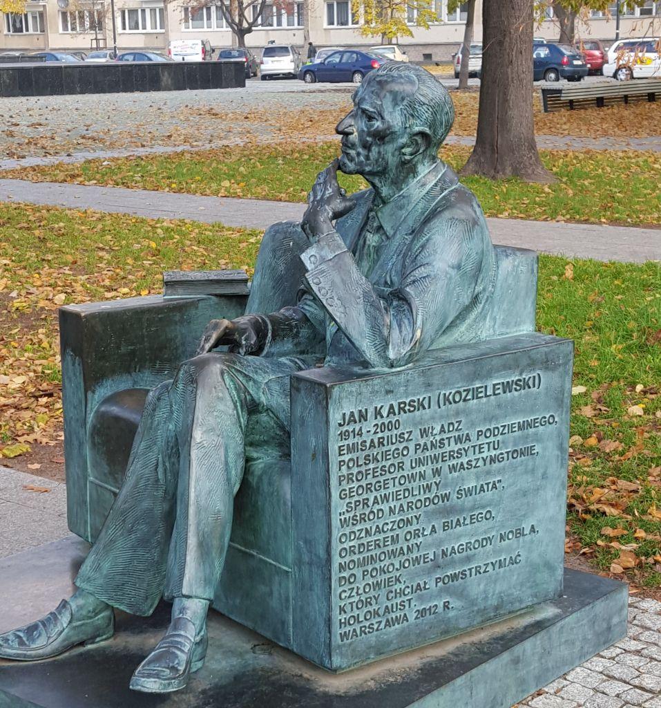 Statue de Jan Karski à côté du musée POLIN d'histoire juive à Varsovie, en Pologne. (Crédit : Matt Lebovic/The Times of Israel)