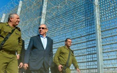 Le Premier ministre israélien Benjamin Netanyahu et le chef d'état-major de Tsahal Gadi Eizenkot près de la barrière en construction entre Israël et la Jordanie, le 9 février 2016 (Crédit : Kobi Gideon / GPO)