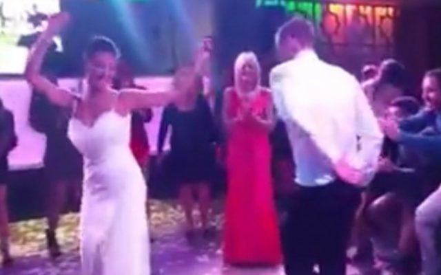 Des Israéliens se sont joints au mariage d'un couple américain à Haïfa pour animer la fête. (Crédit : Facebook)