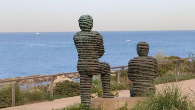 Des statues de bronze nommées d'après les rois Asa de Judée et Yehoshafat d'Israël regardent la mer depuis le parc de l'indépendance de Tel AViv. (Crédit : Shmuel Bar-Am)