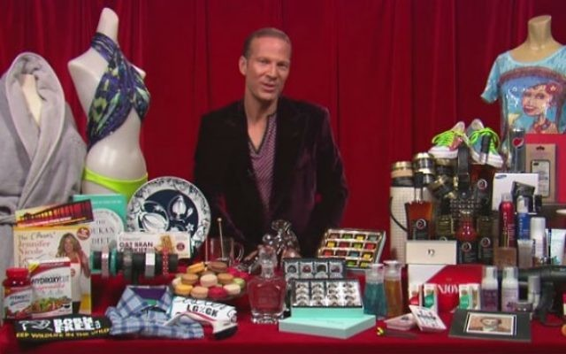 Le gourou des cadeaux d'Hollywood Lash Fary  présente les cadeaux offerts pour les Oscars 2013. (Crédit : capture d'écran YouTube)