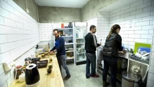 La cuisine commune au Little Tel Aviv Hostel, offre une variété d'options pour préparer et manger sa propre nourriture (Autorisation Little Tel Aviv)