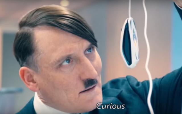 "Hitler (Olivier Masucci) dans ""Look Who's Back"". (Crédit : capture d'écran YouTube)"