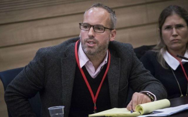 Le journaliste de Reuters et directeur de l'association de la presse étrangère Luke Baker pendant la réunion d'une sous commission sur le biais de la presse étrangère sur les informations concernant Israël, à la Knesset à Jérusalem, le 9 février 2016. (Crédit : Hadas Parush/Flash90)
