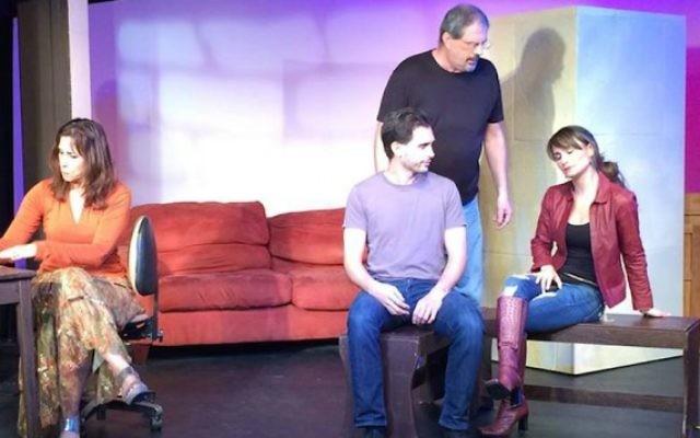 """Une scène de la pièce """"Crossing Jerusalem"""" du théâtre des arts culturels du centre communautaire juif de Miami. (Crédit : capture d'écran Facebook via JTA)"""