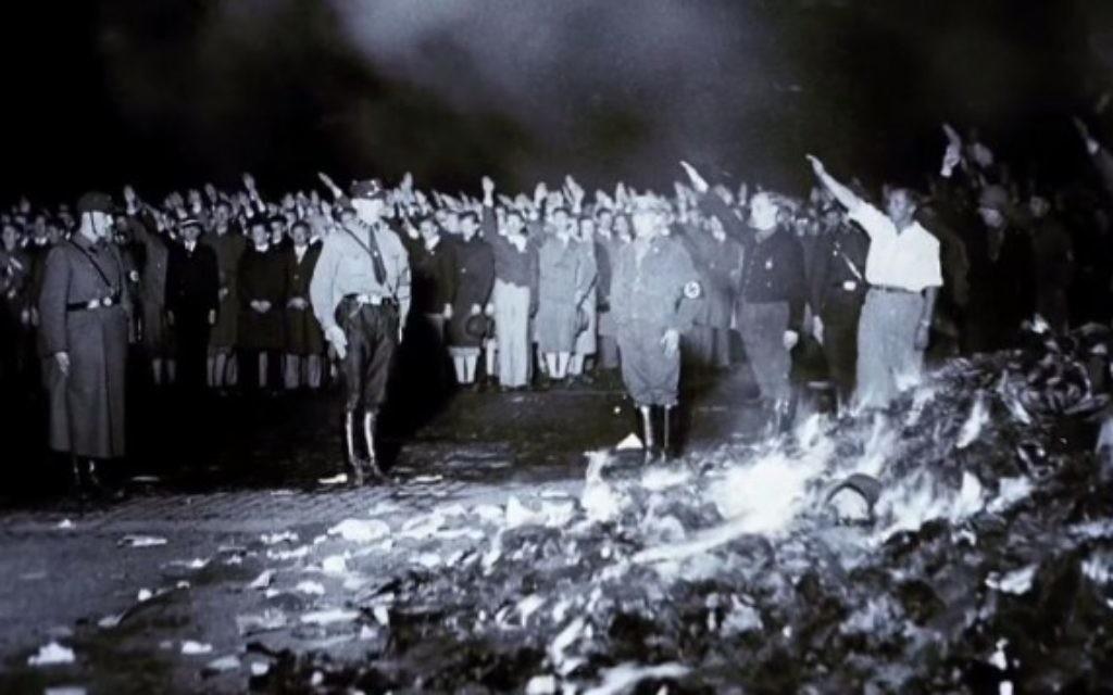 Des nazis devant un autodafé dans les années 1930. (Crédit: capture d'écran YouTube/United States Holocaust Memorial Museum)