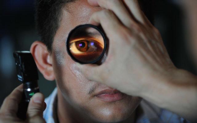 Un ophtalmologue qui teste un patient (Crédit : pixabay)