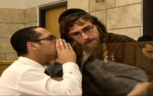 Moshe Orbach (à droite) au tribunal le 18 février 2016 (Crédit : Capture d'écran Dixième chaîne)