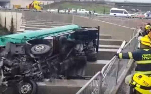 Un camion renversé sur la route 70 en Galilée, le 7 février 2016 (Capture d'écran Deuxième chaîne)