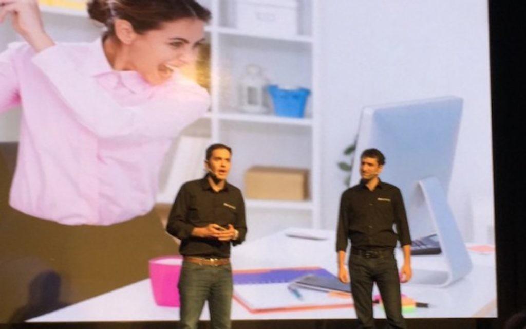 Le président de OwnBackup Sam Gutmann (à gauche) et son vice-président Ori Yankelev sur scène pour le Demo Day de l'accélérateur de Microsoft Ventures en Israël, le 5 février 2016. (autorisation)