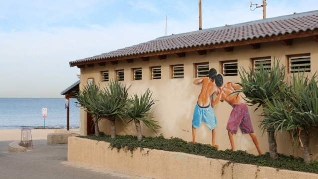 Les voyeurs de la plage immortalisés. (Crédit : Shmuel Bar-Am)