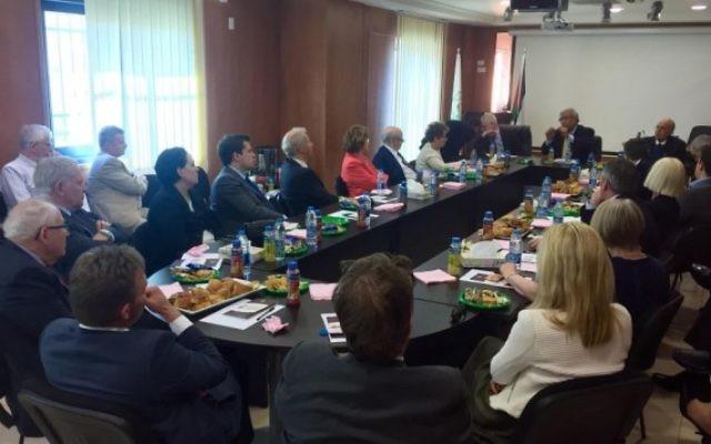Des membres de la délégation des Amis conservateurs d'Israël et des membres du groupe parlementaire Grande-Bretagne - Israël avec de hauts fonctionnaires de l'OLP, à Ramallah, le 17 février 2016. (Crédit : James Gurd)