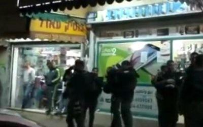 Scène de l'attaque au couteau à Rahat le 6 février 2016 (Crédit : capture d'écran YouTube)