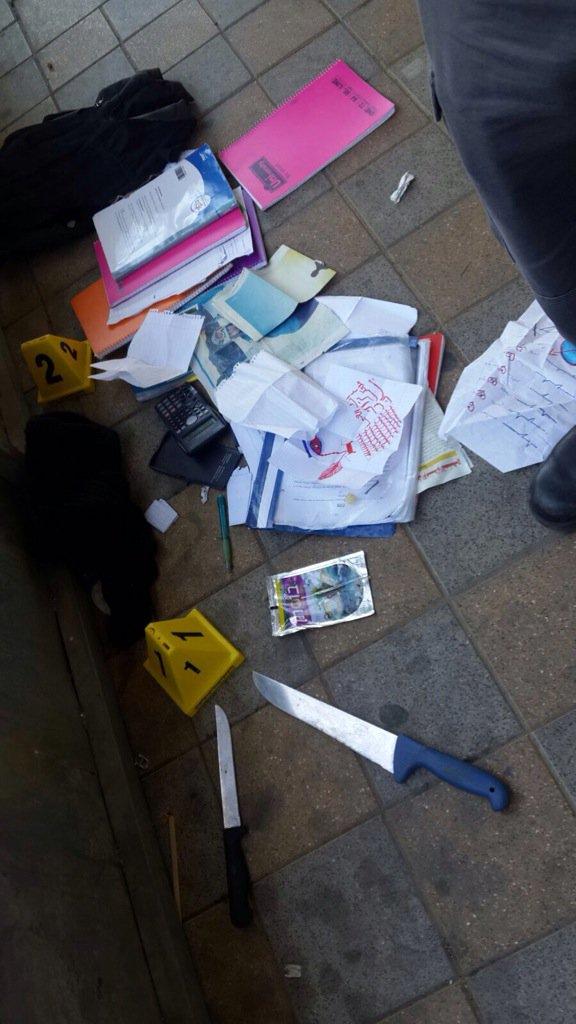 Des couteaux et le contenu du sac à dos utilisé par les deux adolescentes de 13 ans pendant l'attaque au couteau de Ramle, le 4 février 2016. (Crédit : autorisation de la police israélienne)