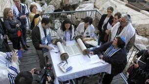 Des rabbins réformés hommes et femmes prient ensemble à l'arche de Robinson, le site du mur Occidental qui devrait accueillir les futurs offices égalitaires, à Jérusalem, le 25 février 2016. (Crédit : Y.R/Reform Movement)