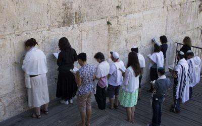 Des Juifs masorti dans l'espace préparé pour la prière mixte à l'Arche de Robinson, au mur Occidental, dans la Vieille Ville de Jérusalem, le 30 juillet 2014.  (Crédit : Robert Swift/Flash90)