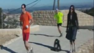Tomer Ditur, en orange, qui fait son jogging, le 12 février 2016 (Crédit : Capture d'écran Deuxième chaîne)