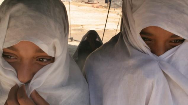 Deux femmes bédouines assises dans une tente devant la ville bédouine de Rahat, le 24 mai 2005. (Crédit : Kitra Cahana/Flash90)