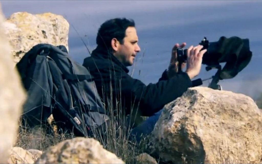 """Gilad Ach, directeur de l'organisation de droite """"Ad Kan"""", en Cisjordanie. (Crédit : capture d'écran Deuxième chaîne/Uvda)"""