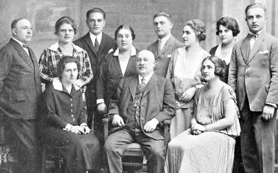 Photo non datée de la famille Singer. Grete est debout, la troisième depuis la droite. (Crédit : autorisation)