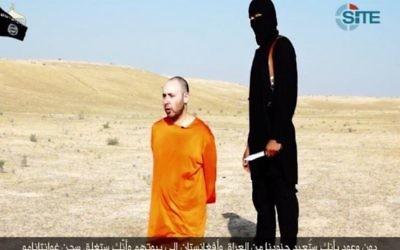 """Steven Sotloff près de son bourreau de l'Etat islamique, l'Anglais """"Jihadi John"""", dans une vidéo diffusée le 2 septembre 2014. (Crédit : capture d'écran SITE/Twitter)"""