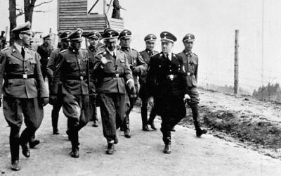 Des officiers SS dont Heinrich Himmler dans le camp de concentration de Mauthausen en 1941 (Crédit : CC-BY-SA-3.0-de, Archives fédérales allemandes)