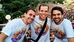 Les fondateurs juifs de Sargento Pimenta Bruno Wajsbrot, Leonardo Stul et Daniel Spector ont été soutenu par une foule de 180 000 personnes pendant leur représentation en 2015. (Crédit : Bloco do Sargento Pimento)