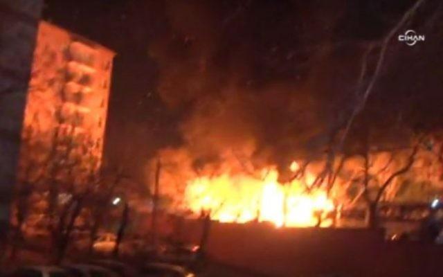 Un incendie après une forte explosion à Ankara, en Turquie, le 17 février 2016 (Crédit : Capture d'écran : Twitter)