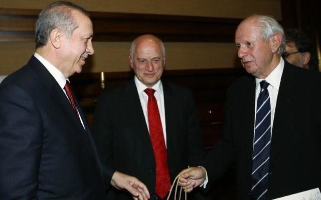 Le président turc Recep Tayyip Erdogan  le 9 février 2016 à Ankara avec une délégation de la Conférence des présidents des principales organisations juives américaines, dirigé par le président de la Conférence  Stephen M. Greenberg  (à droite), et Malcolm Hoenlein, le vice-président (Crédit : Autorisation)