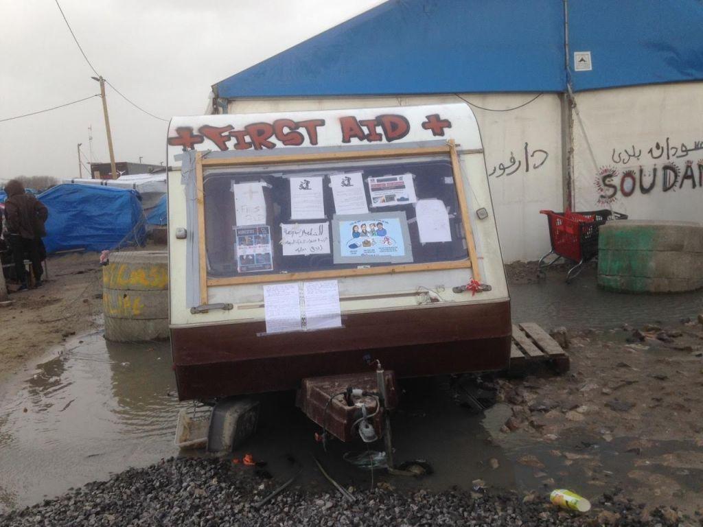 La caravane des premiers soins amarrée dans une mer de boue dans le camp Calais, le 8 février 2016 (Crédit : Jenni Frazer / The Times of Israel)