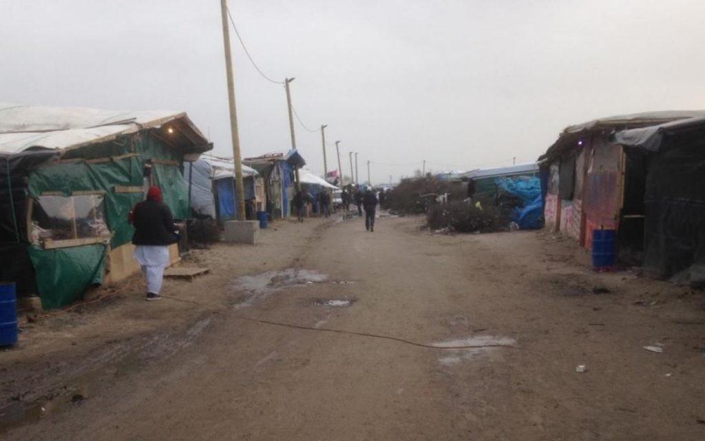 Des magasins et des cabanes dans le camp de réfugiés de Calais, le 8 février 2016. (Crédit : Jenni Frazer/Times of Israel)