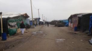 Des magasins et des cabanes dans le camp de réfugiés de Calais le 8 février 2016 (Crédit : Jenni Frazer / The Times of Israel)