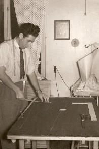 Léon 'Poldek' Rytz travaillant comme tailleur dans la ville suédoise de Boros avant de fonder sa propre usine textile. (Crédit : autorisation)
