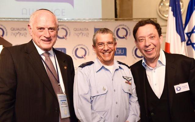 Le commandant de l'Armée de l'air, le général Amir Eshel entouré de Mr Malcom Hoenlein, Vice-Président et Directeur Exécutif de la Conférence des Présidents, et Marc Eisenberg, Président de Qualita et de l'Alliance Juive Universelle (Crédit : Avi Hayoun)