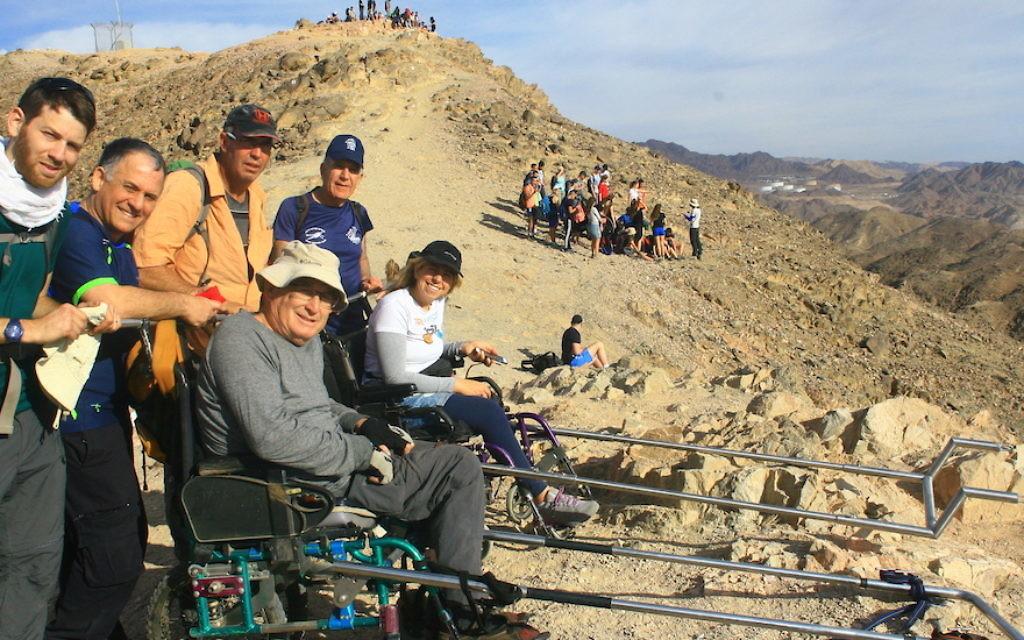 La start-up israélienne Paratrek a créé un fauteuil roulant équipé qui permet aux personnes atteintes de paraplégie de participer à des randonnées (Crédit : Autorisation de Paratrek)