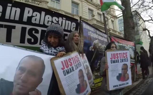 Des manifestants devant l'ambassade de Bulgarie à Londres en janvier 2016 demandant au gouvernement bulgare de ne pas extrader Omar Nayef Zayed à Israël (Crédit : Capture d'écran YouTube)