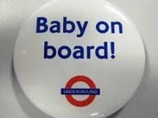 """Un badge """"bébé à bord"""". (autorisation)"""
