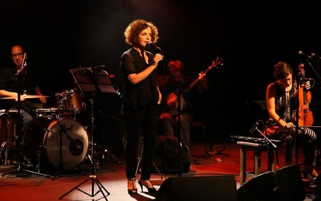 L'actrice Liora Rivlin lira ses poèmes au Festival des femmes de Holon, qui durera trois jours avec des événements célébrant l'identité des femmes (Crédit : Autorisation Oscar Avosh)