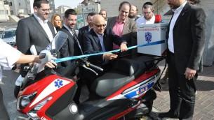 Meir Dagan, au centre, inaugure un nouveau véhicule du service de premier secours United Hatzalah. (Crédit : Uzi Barak)