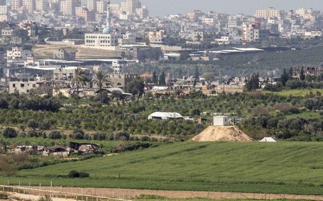 Vue depuis le côté israélien de la frontière avec la bande de Gaza, avec un avant-poste militaire du Hamas sur une colline (à droite) le long de la frontière, le 25 février 2016. (Crédit : Jack Guez/AFP)