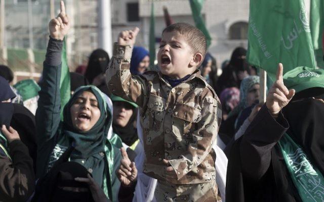 Des partisans palestiniens du mouvement terroriste du Hamas crient des slogans lors d'un rassemblement anti-israélien le 26 février 2016, dans le sud de la bande de Gaza, à Rafah. (Crédit ; AFP / SAID KHATIB)