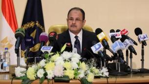 Le ministre égyptien de l'Intérieur Magdy Abdel Ghaffar pendant une conférence de presse au Caire, le 6 mars 2016, accuse le Hamas d'être impliqué dans l'assassinat en 2015 du procureur en chef du pays, Hisham Barakat. (Crédit : AFP / STRINGER)