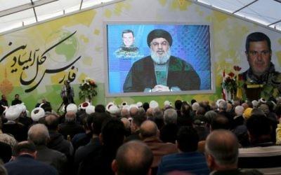 Des partisans du groupe terroriste chiite libanais Hezbollah regardent un discours télévisé de son dirigeant, Hassan Nasrallah, à Insar, au sud du Liban, le 6 mars 2016. (Crédit : AFP/Mahmoud Zayyat)