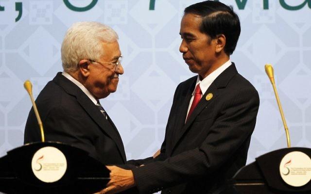 Le président de l'Indonésie Joko Widodo (à droite) serre la main au président de l'Autorité palestinienne Mahmoud Abbas lors de la clôture du 5e sommet de l'Organisation islamique de la coopération (OCI) sur les territoires palestiniens, le 7 mars 2016 à Jakarta. (Crédit : GARRY LOTULUNG / POOL / AFP)