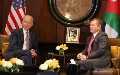 Joe Biden (g) et le roi Abdallah II de Jordanie, le 10 mars 2016 à Amman (Crédit : KHALIL MAZRAAWI / AFP)