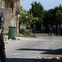Un manifestant palestinien défie les forces de sécurité israéliennes lors d'affrontements dans le village de Kafr Qaddum, près de Naplouse, en Cisjordanie, le 11 mars 2016 (Crédit : AFP / Jaafar ASHTIYEH)