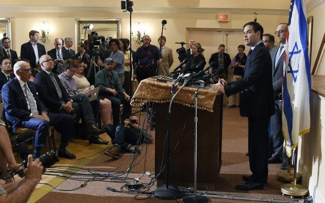 Marco Rubio s'exprime lors d'une conférence de presse au sujet d'Israël, le 11 mars 2016 à West Palm Beach en Floride (Crédit : AFP / RHONA WISE)